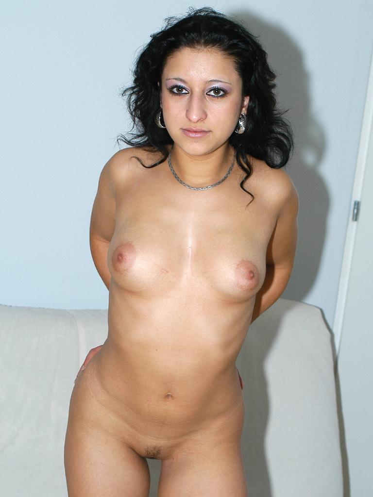 Chica latino americana emitiendo por webcam